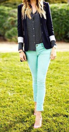 ミントグリーンのスキニーパンツと紺のシャツ着こなしコーデ