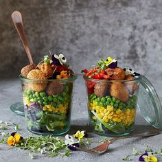 Layer your jar with colourful veg alongside Fry's Chickpea & Roasted Butternut Balls and Chickpea & Quinoa Falafels for a quick and tasty lunch on-the-go! Plant Based Recipes, Veggie Recipes, Vegetarian Recipes, Veggie Meals, Cranberry Jam, Salad In A Jar, Vegan Cookbook, Lunch To Go, Meals In A Jar