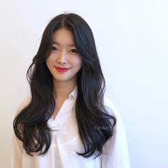 페미닌펌 Medium Permed Hairstyles, Haircuts Straight Hair, Haircuts For Medium Hair, Long Hair Cuts, Hairstyles Haircuts, Korean Haircut Long, Korean Long Hair, Korean Hair Color, Asian Haircut