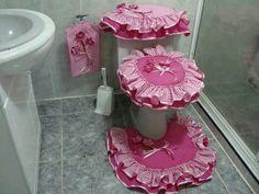 Jogo de banheiro Bathroom Crafts, Bathroom Sets, Bathrooms, Sewing Crafts, Sewing Projects, Projects To Try, Bathroom Accesories, Shabby Chic Pink, Rose Cottage