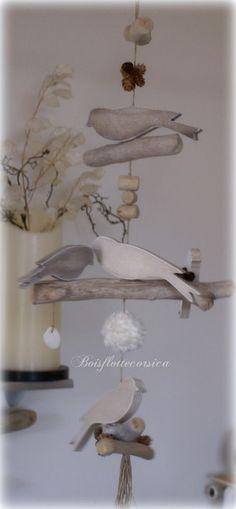 Guirlande oiseaux en bois chantouréne sur branches de bois flotté.