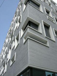 """Das Bauobjekt """"Südpark Basel """" hat sich nun nach der Demontage des Baugerüstes auf eine ganz spezielle Weise optisch ins Gundeldingerquartier eingefügt. Die Basler Architekten Herzog & de Meuron haben ein Gestaltungsprinzip entwickelt, das die typische Ausdrucksweise der Gebäudefassaden entlang…"""