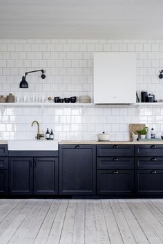 Black and white kitchen - via Coco Lapine Design blog