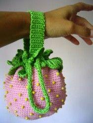 "Uncinetto d'oro: Il borsellina ""Fragolina""per piccola lady!  Might make a good bag for knitting w/thread"