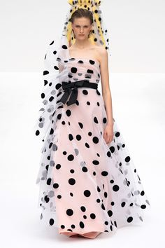 Carolina Herrera Spring 2020 Ready-to-Wear Fashion Show Collection: See the complete Carolina Herrera Spring 2020 Ready-to-Wear collection. Look 46 Fashion Moda, Look Fashion, Spring Fashion, Fashion Design, Winter Fashion, Fashion Outfits, Fashion 2020, New York Fashion, Runway Fashion