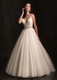 2014 Nice Tulle Ballgown Spaghtti Straps V-neck Chapel Train Lace Appliques And Beaded Wedding Dress