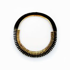 Collier en cuir à mi-chemin en noir et or. Déclaration bijoux, bijoux en cuir contemporain
