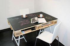 skrivebord af gammel palle- bordplade malet med tavlemaling