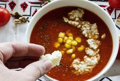 Cum curățăm filtrele de la hotă cu praf de copt si bicarbonat de sodiu - magazinul de acasă Tomato Soup, Chana Masala, Natural, Ethnic Recipes, Mai, Fine Dining, Tomato Soup Recipes, Nature, Au Natural