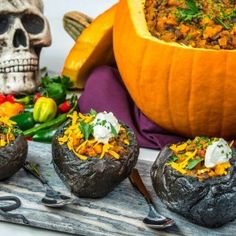 Recipe: Black and Orange Halloween Chili Chili Cheese Nachos, Freezer Burn, Great Appetizers, Glass Dishes, Charcuterie Board, Tortilla Chips, Plant Based Recipes, The Fresh, Spicy