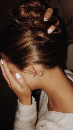 Tiny Moon Tattoo hinter dem Ohr - Tattoo Style - DIY besten Tattoo-Ideen body of art - tattoo style - Tiny Moon Tattoo hinter dem Ohr Style De Tatouage - Small Moon Tattoos, Dainty Tattoos, Subtle Tattoos, Mini Tattoos, Body Art Tattoos, Woman Tattoos, Tattoo Drawings, White Tattoos, Heart Tattoos