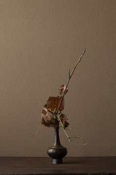 2012年3月27日(火)  鶯の声が聞えてきそう。   花=鶯神楽(ウグイスカグラ)、花万作(ハナマンサク)   器=金銅華瓶(鎌倉時代)