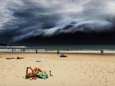 Formação de uma 'nuvem tsunami' na praia de Bondi, em Sydney, enquanto uma banhista lê um e-book foi a vencedora na categoria 'Natureza' (Foto: Rohan Kelly/World Press Photo 2016)