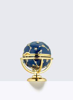 Estee Lauder  Pleasures , Glittering Globe -   [2016年11月4日(金) 午前10時 販売開始]   長きに渡り、世界のコレクターを魅了し続けているエスティ ローダーの練香水コレクション。  今年は、ジュエリー デザイナー モニカ リッチ コーサンとコラボレーションした、5つのモチーフで登場。 かけがえのない宝物となる逸品です。  ■グリッタリング グローブ プレジャーズの香り