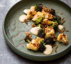 Skär ner blomkål och broccoli i mindre buketter. Skala skär schalottenlöken i tunna ringar. Smält cirka 25 g av smöret på medelvärme. Tillsätt broccoli och blomkål och stek på medelvärme tills de är mjuka och har fått fin färg; tillsätt mer smör efterhand medan du steker. Salta rejält. Schalottenlöken tillsätts i slutet av stekningen och steks tills den är krispig.Sardellcrème: Lägg alla ingredienser utom rapsolja i en skål. Mixa. Tillsätt rapsoljan under mixning. Smaka upp med salt och…