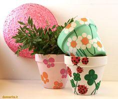 DIAMO NUOVA VITA AI VECCHI VASI DI TERRACOTTA! Basta con i vasi di terracotta vecchi e scrostati… Se avete dei vecchi vasi da fioriche non usate più, questo è ilmomento giustoper riprender…
