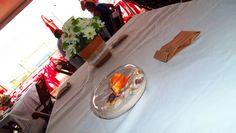 Mesa de convidados decorada por TPM com seus itens e com vasos de vidro da noiva com areia, búzios e conchas