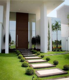 small front yard ideas modern 37 Modern Shade Front Yard Design Ideas For Summer modern front yard landscaping ideas Exterior Design, Modern Front Yard, House Exterior, Home And Garden, House Entrance, Front Yard Landscaping, Garden Design, Modern Landscaping, Exterior