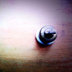 割れてしまったのはこのスイッチ。はるばるオランダからやって来たんだけど…。直して使いたい。