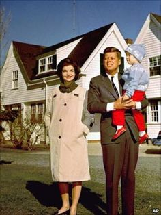 John F. Kennedy with Jacqueline and daughter Caroline outside their home in Hyannisport in Jackie Kennedy, Les Kennedy, Marlon Brando, Dc Vibe, Familia Kennedy, Hyannis Port, Bagdad, John Fitzgerald, Sabrina Carpenter