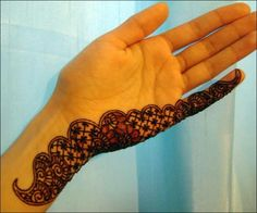 One Line mehndi Design will gives your more beauty to your hands. Instead of wearing full hands single line Mehndi designs may look like a big commitment in mehndi for marriage occasions. Simple Mehndi Designs Images, Simple Henna Patterns, Arabic Bridal Mehndi Designs, Mehndi Patterns, Latest Mehndi Designs, Mehndi Designs For Hands, Henna Designs, Mehndi Fingers, Peacock Mehndi