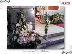 Centros florales para Comuniones decorando el Altar, cirio y atril de la Iglesia de la Paz en Cuenca (España) Composción de liliums blancos, margaritas y rosas blancas y crema