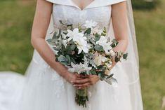Buquê de noiva desconstruído branco e verde. Feito por Odeon Decorações Wedding Dresses, Fashion, Wedding Venues, Weddings, Engagement, Vestidos, Corporate Events, Green, Bride Dresses
