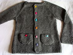 SUVI'S CARDIGAN free pattern- the colourful buttons add a real boost to this… Cardigan Bebe, Knitted Baby Cardigan, Toddler Sweater, Cardigan Pattern, Knitting For Kids, Baby Knitting Patterns, Crochet Baby, Knit Crochet, Baby Sweaters