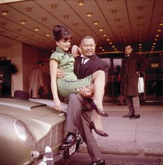 American actor, weightlifter and wrestler Harold Sakata in character as Oddjob from the James Bond film 'Goldfinger' holds Hilton Hotel secretary Dawn Dunger in London in Sakata has one foot. Get premium, high resolution news photos at Getty Images James Bond Theme, James Bond Movies, Sean Connery James Bond, Timothy Dalton, Bond Cars, Aston Martin Db5, Scene Photo, Couple, American Actors