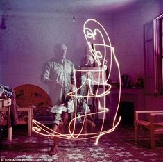 Pablo Picasso pintando con  luz http://mydesignstories.com/one-bright-spark-hypnotic-photographs-capture-pablo-picasso-painting-with-light/