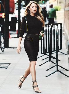 The always stylish Blake Lively doing it right in a skin tight pencil skirt and cropped sweater. Can we also comment on how gorg Blake Lively is? Blake Lively Moda, Blake Lively Style, Look Fashion, Street Fashion, Womens Fashion, Net Fashion, Gossip Girl Fashion, Fashion 2015, Fashion Wear