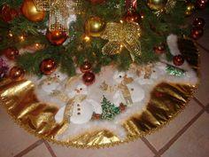 Tierno pie de árbol de Navidad Christmas Humor, Christmas Holidays, Christmas Tree, Xmas Tree Skirts, Holiday Decor, Diy, Ideas Navideñas, Google, Kid Closet