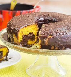 Saiba como fazer um bolo de cenoura com recheio de brigadeiro trufado, delicioso e fácil de fazer Sweet Desserts, Sweet Recipes, Cake Recipes, Vegan Recipes, Yummy Treats, Yummy Food, Time To Eat, Food Cakes, Food And Drink