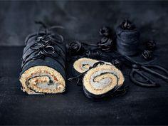 Näyttävän näköinen musta kääretorttu lakritsinauhoin koristeltuna on vaikuttava näky juhlapöydässä. Sitruunaisen kääretortun täytteessä maistuu myös lakritsi. Finnish Recipes, Muffins, Just Eat It, Cupcakes, Cake Bars, Mini Pies, Something Sweet, No Bake Cake, Food Inspiration