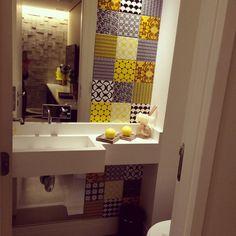 Lavabo moderno com azulejo Pavão colorido