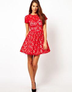 Czerwone sukienki w stylu wielkich projektantów