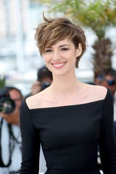 This Short messy pixie haircut hairstyle ideas 42 image is part from 80 Cool Short Messy Pixie Haircut Ideas that Must You Try gallery and article, click read it bellow to see high resolutions quality image and another awesome image ideas. Cute Hairstyles For Short Hair, Hairstyles Haircuts, Curly Hair Styles, Pixie Haircuts, 1940s Hairstyles, Wedding Hairstyles, Messy Pixie Haircut, Longer Pixie Haircut, Haircut Short