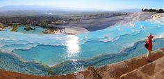 Turquia - Pamukkale - Com piscinas naturais, montanha turca parece feita de algodão; A água das piscinas naturais de Pamukkale é benéfica para a saúde.