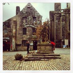 Place de Locronan, maisons anciennes et puits  | Finistère Bretagne