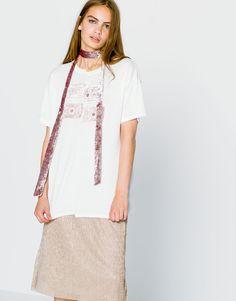 43bb608b7406 Μπλούζα με κεντημένη επιγραφή - Μπλουζάκια - Ενδύματα - Γυναικεία -  PULL BEAR Ελλάδα Jesień Zima