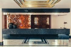 Dimorestudio, cabinet milanais d'excellence, a fait de l'ancienne maison du duc de Choiseul un morceau de bravoure décoratif. La réception de l'hôtel Saint-Marc à Paris. © Philippe Servent