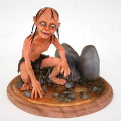 Gollum, Lord of the Rings, Sugar art figurine sculpture by Michelle Wibowo. Hobbit Cake, Extreme Cakes, Realistic Cakes, Delicious Cake Recipes, Character Cakes, Fondant Figures, Cake Toppings, Sugar Art, Fancy Cakes