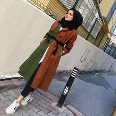 The hijabi women are able to join and mix up their fashion with the modest hijab style; Modern Hijab Fashion, Muslim Fashion, Modest Fashion, Fashion Outfits, Hijab Dress, Hijab Outfit, Ootd Hijab, Cold Wear, Hijab Style Tutorial