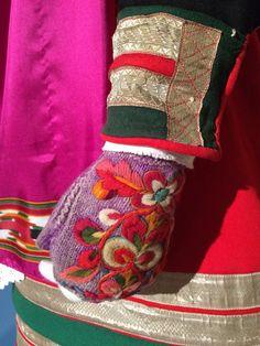 Se mer på www. Folk Costume, Costumes, Folk Embroidery, Fingerless Mittens, Wrist Warmers, Color Shapes, Norway, Knitwear, Cross Stitch