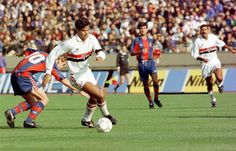 "Rai dribbling, with in the background ""Toninho Cerezo"" Antônio Carlos Cerezo (São Paulo FC, 1992–1993, 13 apps, 1 goal + 1995–1996, 8 apps, 0 goal), during 1992 Intercontinental Cup, FC Barcelona vs São Paulo FC."