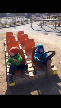 Recycled Pallets Ideas Fun pallet projects to make for your kids' playroom and backyard. - Fun pallet projects to make for your kids' playroom and backyard. Outdoor Play Areas, Outdoor Games For Kids, Backyard For Kids, Outdoor Toys, Outdoor Pallet, Pallet Benches, Pallet Couch, Pallet Tables, Pallet Bar