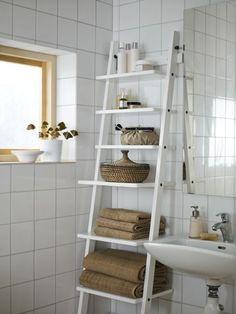 Estante organizado,práctico en el baño.
