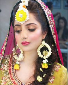 Find 26 beautiful gota patti and floral maang tikka designs to match with your wedding attire. Floral and Gota maang tikka designs for Mehndi, Haldi ceremony. Pakistani Bridal, Indian Bridal, Pakistani Mehndi, Bengali Bride, Pakistani Couture, Flower Jewellery For Mehndi, Flower Jewelry, Bridal Jewellery, Handmade Jewellery