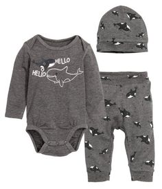 CONSCIOUS. Three-piece set in soft, cotton-blend jersey. Long-sleeved bodysuit with lapped shoulders, printed motif at front, and snap fasteners at gusset. Pants with printed pattern, elasticized waistband, and ribbed hems. Hat with printed pattern and ribbed hem. Cotton content is organic.