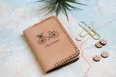 DIY Leather Passeport Diy Projects To Try, Sewing Projects, Leftover Fabric, Passport Cover, Diy Accessories, Leather Working, Sewing Hacks, Gifts For Her, Diy Crafts